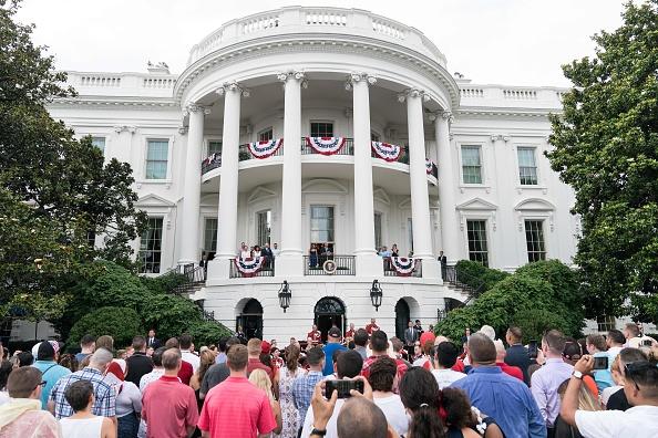 7月4日,美國總統特朗普在白宮舉辦野餐會宴請美軍家庭,慶祝美國獨立日,並在陽台上發表講話。(NICHOLAS KAMM/AFP/Getty Images)