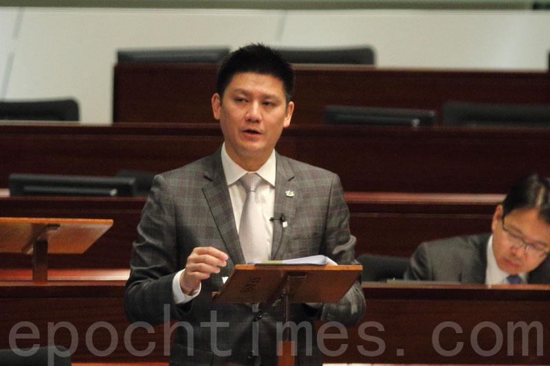 譚文豪詢問,政府會否在今年內將修訂《防止賄賂條例》的條例草案提交立法會。(蔡雯文/大紀元)