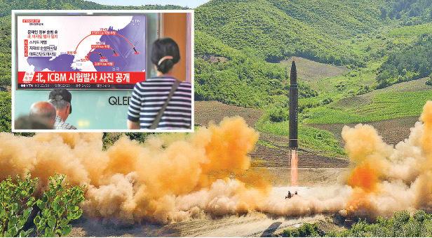 朝鮮官方發佈的其洲際導彈發射的照片、韓國電視畫面顯示朝鮮導彈的能力不斷增加的示意圖(小圖)。(Getty Images)
