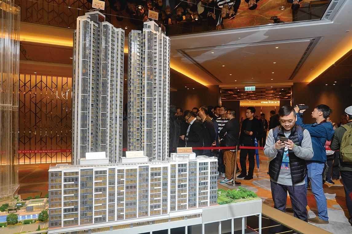 近年來,大陸富豪在港搶購豪宅的金額和比例大增。其中新地南昌站匯璽,吸引大批億元富豪排隊搶購。(大紀元資料圖片)