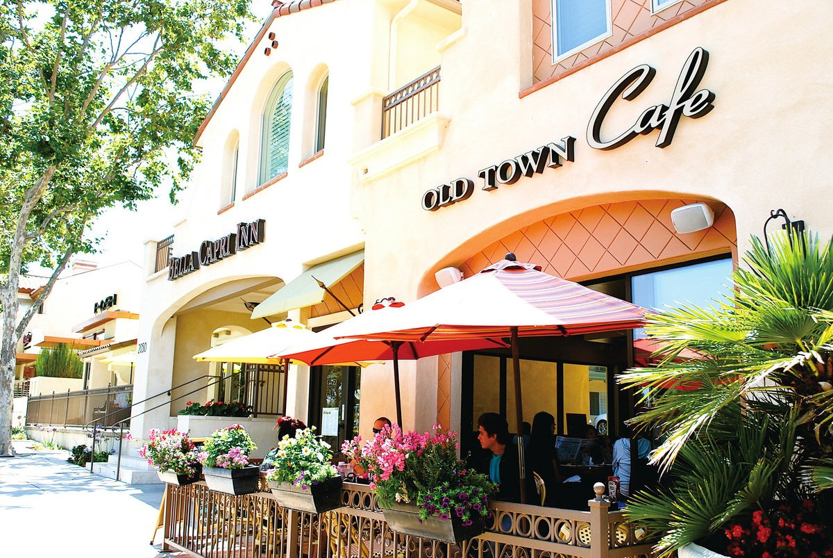 卡瑪里奧老城區有著衆多別致的小餐館,您可以一邊享受加州的陽光和清新的海風、一邊品嚐當地的特色美食。(網絡圖片)