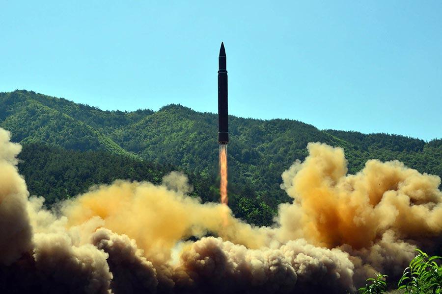 南韓媒體於2017年9月5日報道,情報顯示北韓利用夜間運送超遠程洲際彈道導彈,專家分析預測平壤可能在9日的國慶日以前,做出更大的挑釁動作。圖為北韓於2017年7月4日發射的「火星-14型」洲際彈道導彈。(STR/AFP/Getty Images)