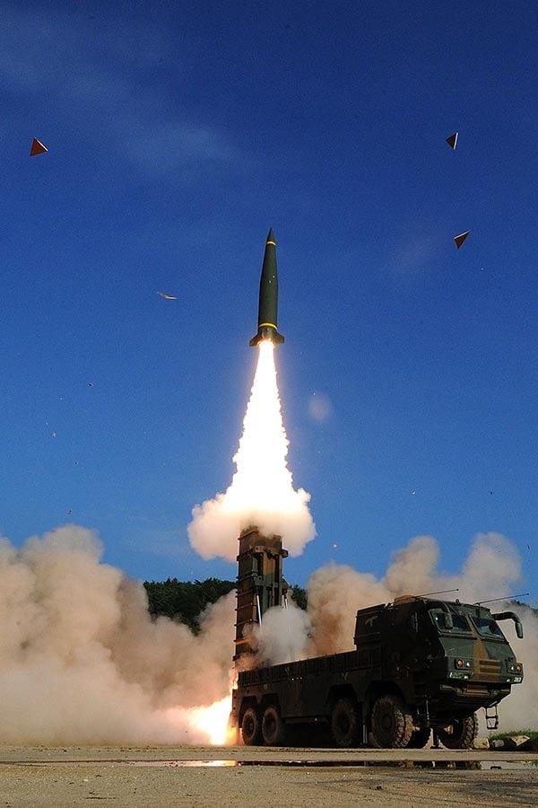 圖為7月5日,南韓軍方試射「玄武−2」型彈道導彈,以震懾北韓。(South Korean Defense Ministry via Getty Images)