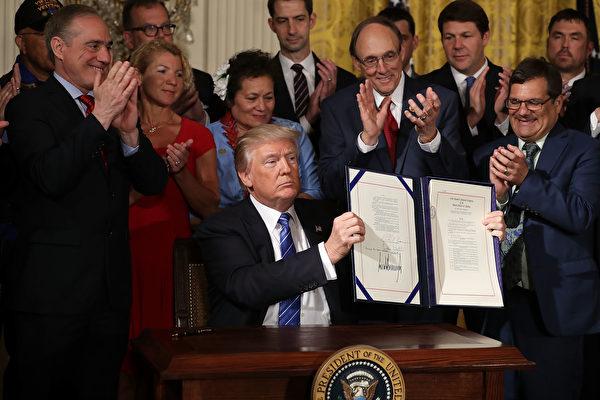 特朗普總統6月23日簽署保護老兵的法案──《2017年退伍軍人事務部問責與舉報人保護法》。(Chip Somodevilla/Getty Images)