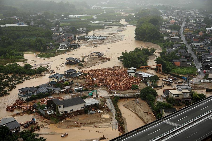日本南部的九州地區從5日開始下起破當地雨量紀錄的暴雨,6日已傳出1人死亡、3人受傷及18人失蹤的災情。當局已派出自衛隊前往救災並協助撤出40萬名危險地區的居民。本圖為6日一個住宅區房屋全被洪水淹沒的情形。(STR/AFP/Getty Images)