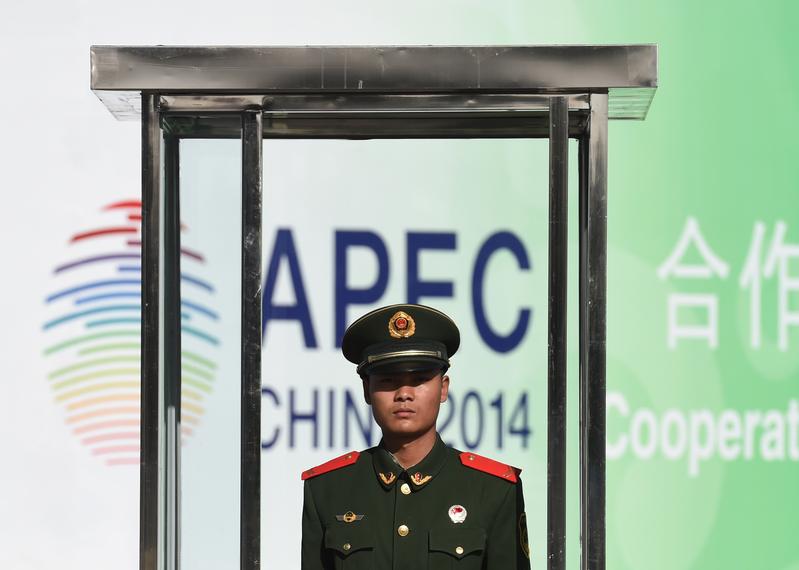上千個新的面目識別攝像頭在觀察著潛在的「麻煩製造者」。在有些地方,放風箏可以被送進監獄,工廠被命令減少或停產。這些僅僅是在APEC會議期間中共當局清理北京的危險、異議和陰霾的努力的一部份。(AFP)
