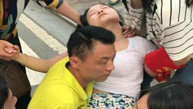 湖南洪災官媒造假 官員勘災女秘書打傘遭炮轟