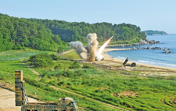 北韓宣佈試射「火星14型」導彈後,駐南韓美軍5日與韓國導彈部隊舉行聯合軍演,在南韓東海岸領海內發射飛彈。(Getty Images)