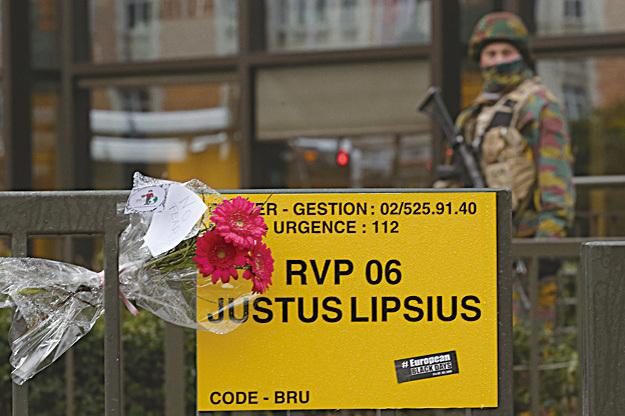 近歐盟總部的地鐵站入口處,悼念死者的鮮花上寫著「不怕」。(Getty Images)