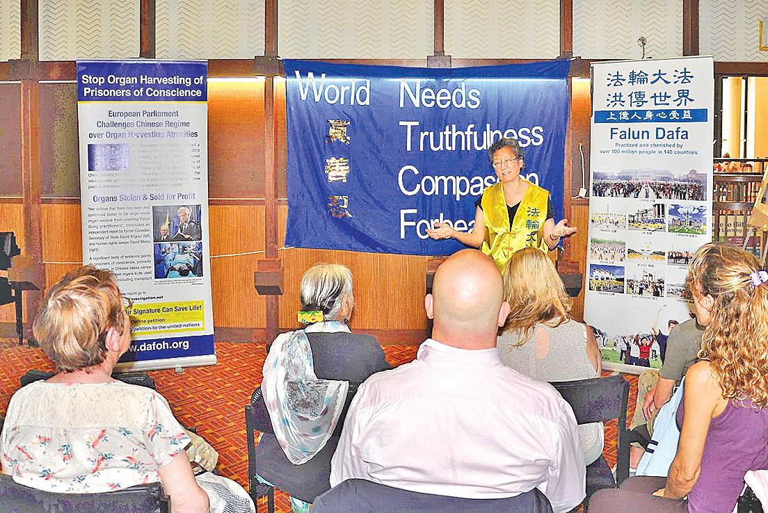 法輪功學員在蘇格蘭格拉斯哥市Hillhead圖書館舉辦義務教功講座。(明慧網)
