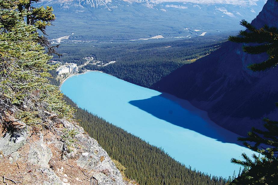 露易絲湖濃得化不開的藍色往往令遊客驚異。(Sunny/大紀元)