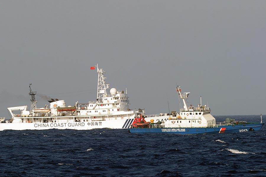 圖為南中國海國際裁決之際,中國和越南的海警船在南海對峙。(Getty Images)