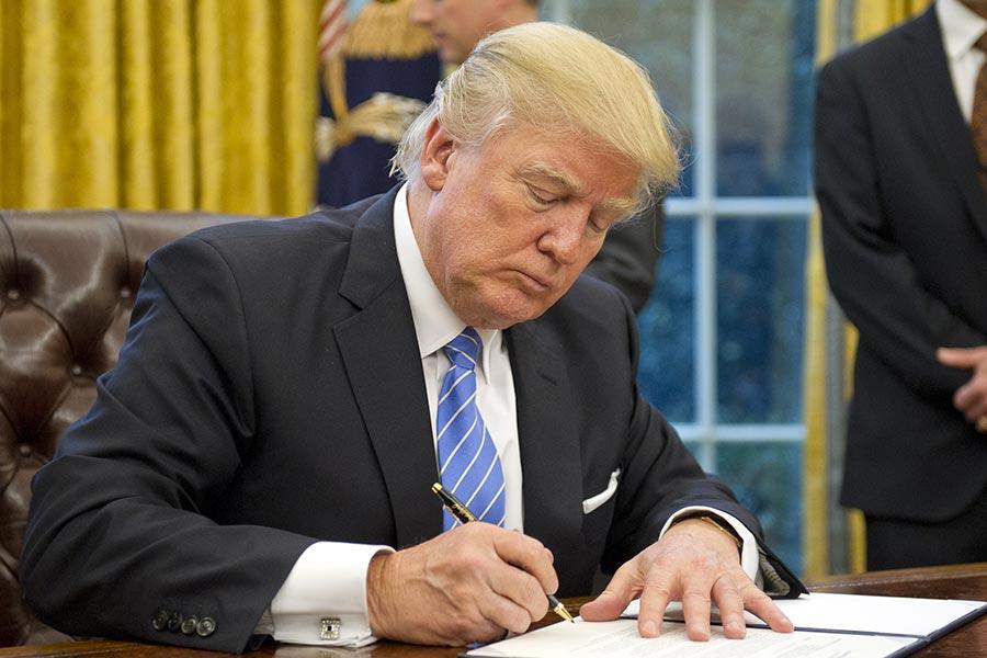 美國夏威夷聯邦法官6日駁回該州政府之前提出的緊急動意。該動議要求繼續暫停執行特朗普政府對6個穆斯林國家的旅遊禁令。圖為1月23日特朗普在白宮簽署行政令。(Ron Sachs - Pool/Getty Images)