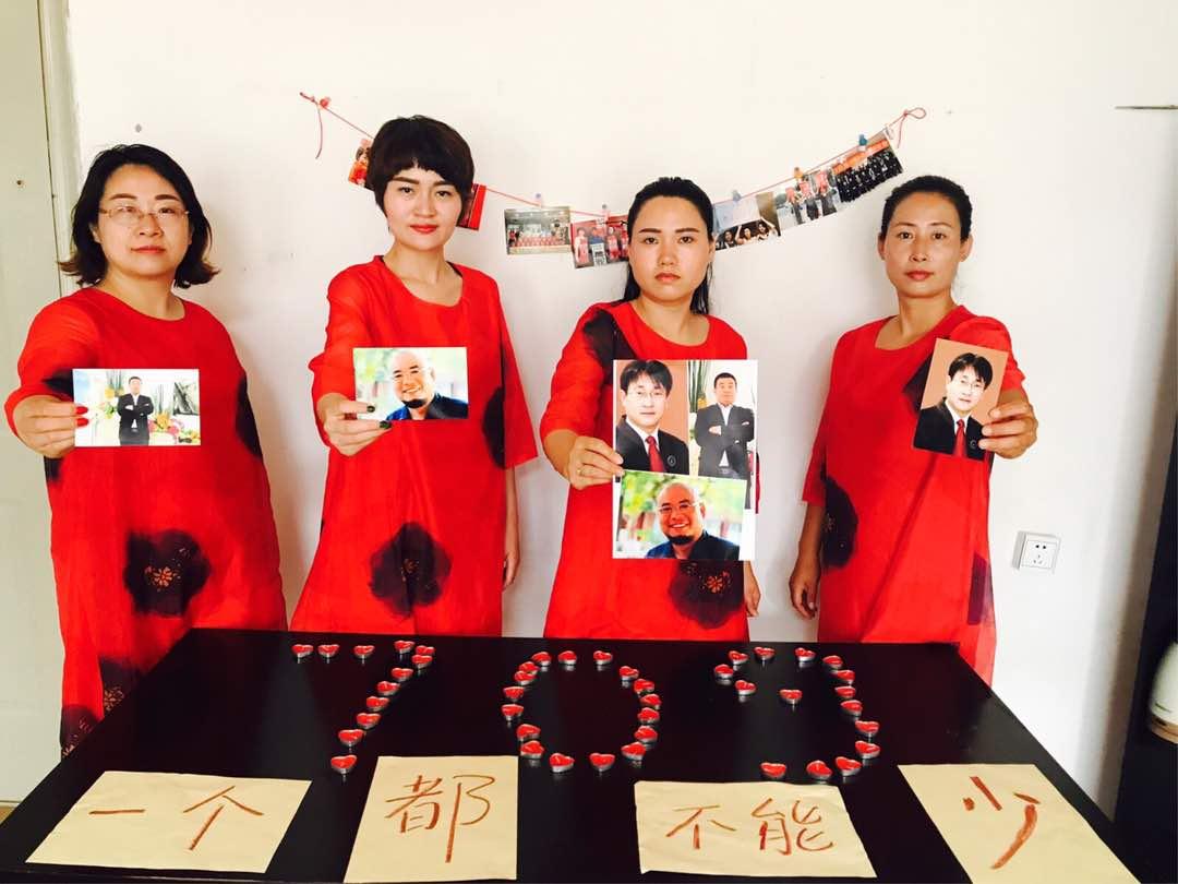 王峭嶺(左)痛斥中共不要臉,採用酷刑等威逼手段強迫被抓捕的維權律師認罪。(王峭岭推特)