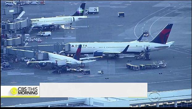 周四(7月6日)晚,達美航空從西雅圖飛往北京的129號航班,因一名頭等艙乘客攻擊一機組服務人員,而被迫返回西雅圖-塔科馬國際機場。(視像擷圖)