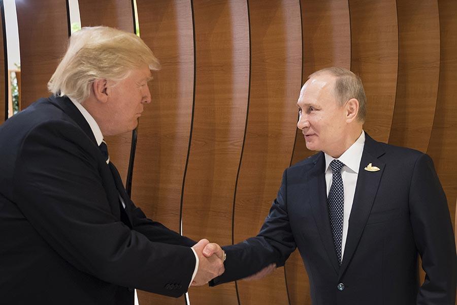 在兩位元首的雙邊會議開始之前,他們向記者發表了簡短的講話。普京和特朗普對會談比較樂觀。(Steffen Kugler/BPA via Getty Images)