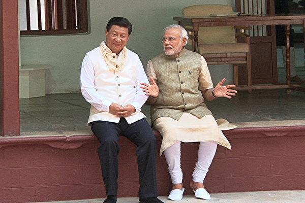 中印邊境對峙之際,習近平在G20峰會期間與印度總理莫迪會面,並意外讚揚印度,引外界關注。圖為莫迪2014年9月17日在其家鄉古吉拉特邦和習近平共度他的64歲生日。(AFP)