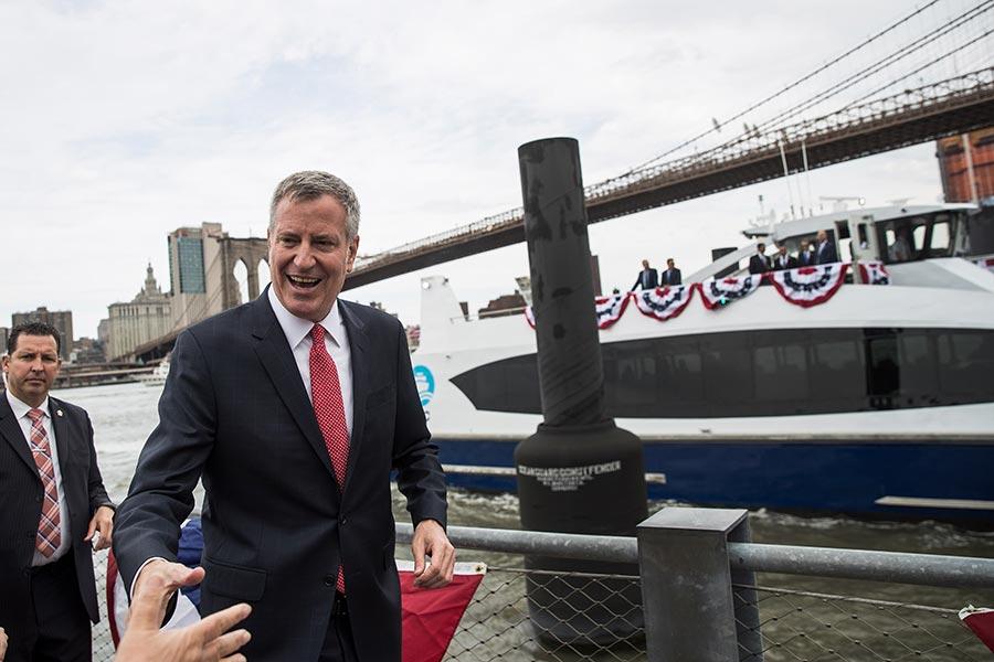 在紐約警察被歹徒暗殺之後一天,紐約市長白思豪周四(7月6日)不顧烈日炎炎飛到德國加入G20的抗議人群。圖為白思豪四月份參加紐約活動。(Drew Angerer/Getty Images)