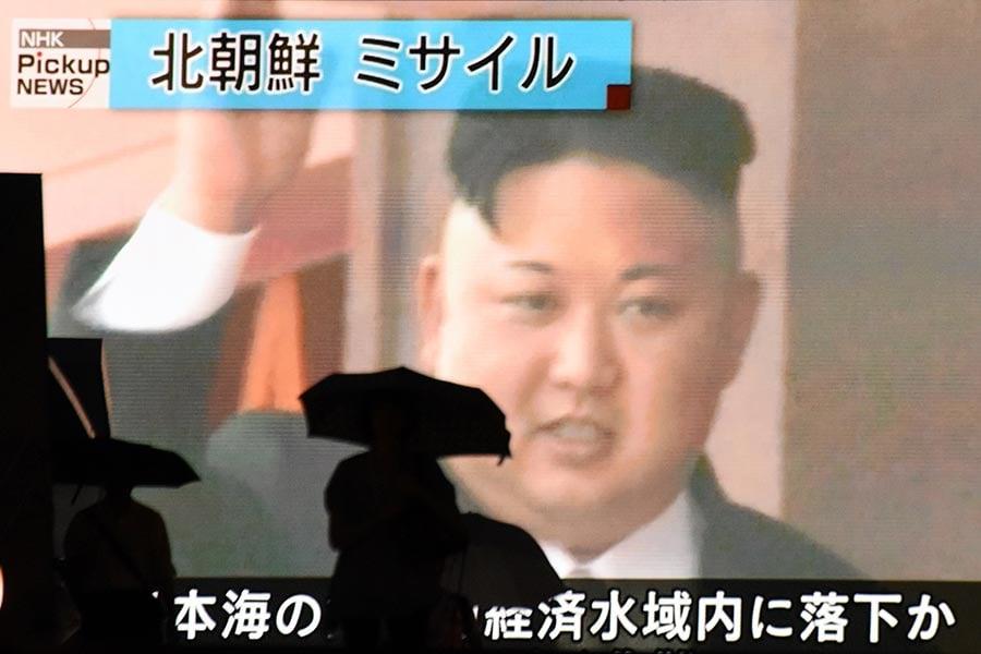 北韓試射洲際導彈後,金正恩缺席大型慶祝活動,引外界關注。就在金正恩通過核試驗與導彈加強挑釁姿態的同時,不斷發生北韓士兵越過三八線投誠事件。外界分析,北韓金正恩政權正面臨日益加劇的民怨和軍隊譁變的風險。(AZUHIRO NOGI/AFP/Getty Images)