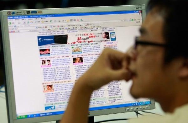 《時代》雜誌曾報道說中國黑客受中共軍方資助,竊取各國的國防和科技機密與產業情報。圖為北京一位正在上網的網民。(AFP/Getty Images)