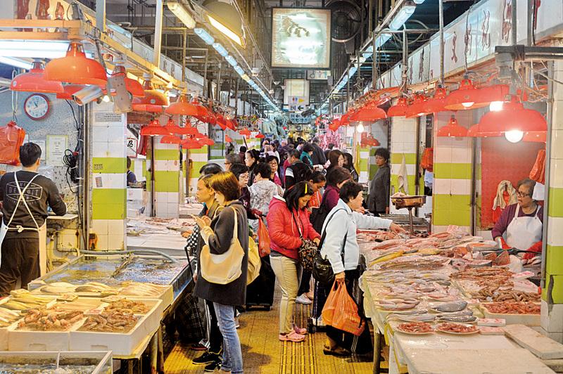俗語說「冬大過年」,很多港人趁昨日冬至到街市買菜準備過冬,雖然過節期間菜價普遍上升,但市民都表示不介意,最重要能一家團聚。(宋祥龍/大紀元)
