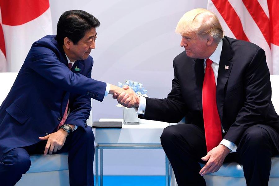 日本首相安倍晉三繼29日與美國總統特朗普進行電話會談後,30日晚上約11時30分,再度跟特朗普電話會談約半小時。圖為兩人在今年G20期間進行雙邊會談。(SAUL LOEB/AFP/Getty Images)