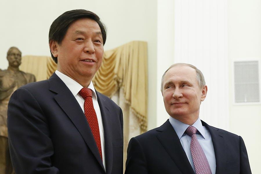 6月底,習近平的「大內總管」栗戰書獲得中共十九大代表資格。圖為4月26日中辦主任栗戰書(左)出訪莫斯科時,俄羅斯普京與其會晤。(MAXIM SHEMETOV/AFP/Getty Images)