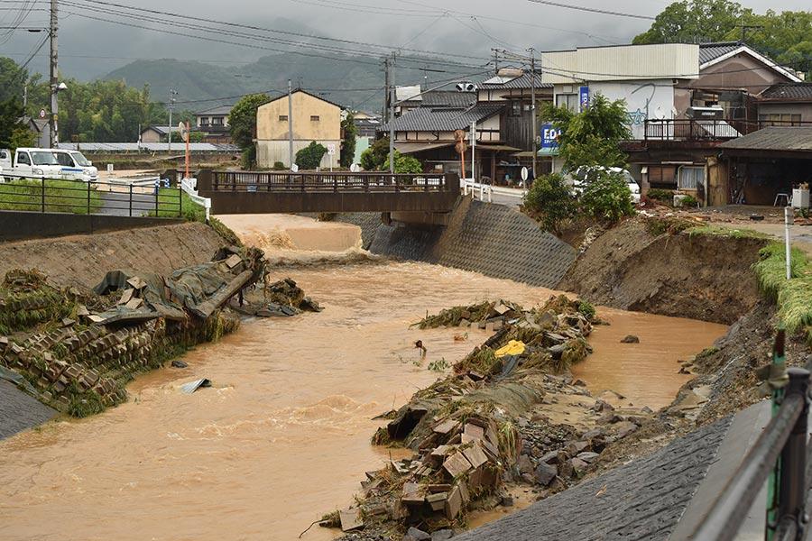 日本南部的暴雨及洪水造成的死亡人數攀升至15人,另至少有14人失蹤。圖為2017年7月7日,日本九州福岡朝倉市,河流中泥沙滾滾水位上漲。(KAZUHIRO NOGI/AFP/Getty Images)