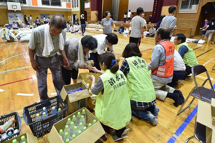 日本南部的暴雨及洪水造成的死亡人數攀升至15人,另至少有14人失蹤。圖為2017年7月7日,日本九州福岡朝倉市,一所學校體育館臨時避難所,為流離失所者提供新鮮的水及食物。(KAZUHIRO NOGI/AFP/Getty Images)
