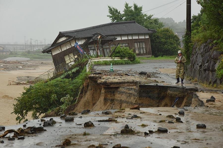 日本南部的暴雨及洪水造成的死亡人數攀升至15人,另至少有14人失蹤。圖為2017年7月7日,日本九州福岡朝倉市,一間民宅在暴雨中受到重創。(KAZUHIRO NOGI/AFP/Getty Images)