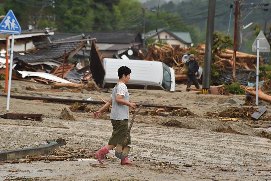 日本南部的暴雨及洪水造成的死亡人數攀升至15人,另至少有14人失蹤。圖為2017年7月7日,日本九州福岡朝倉市,民眾清忙著理淤泥。(KAZUHIRO NOGI/AFP/Getty Images)