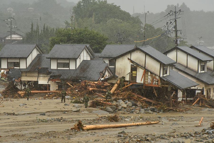 日本南部的暴雨及洪水造成的死亡人數攀升至15人,另至少有14人失蹤。圖為2017年7月7日,日本九州福岡朝倉市,民宅嚴重受創。(KAZUHIRO NOGI/AFP/Getty Images)