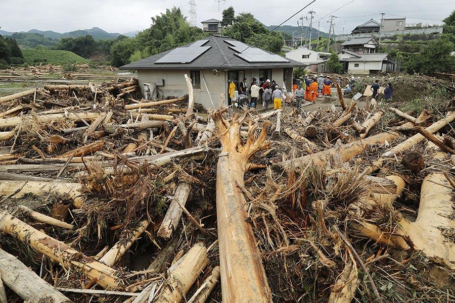 日本南部的暴雨及洪水造成的死亡人數攀升至15人,另至少有14人失蹤。圖為2017年7月7日,日本九州福岡朝倉市,民宅嚴重受創。(STR/AFP/Getty Images)