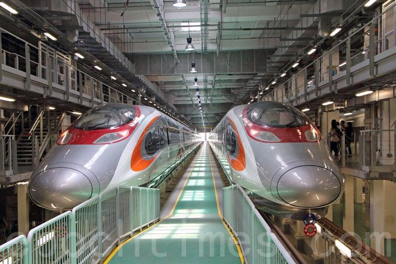 高鐵列車外觀主要是橙、紅、白三色,每列車有8卡、579個座位。(蔡雯文/大紀元)