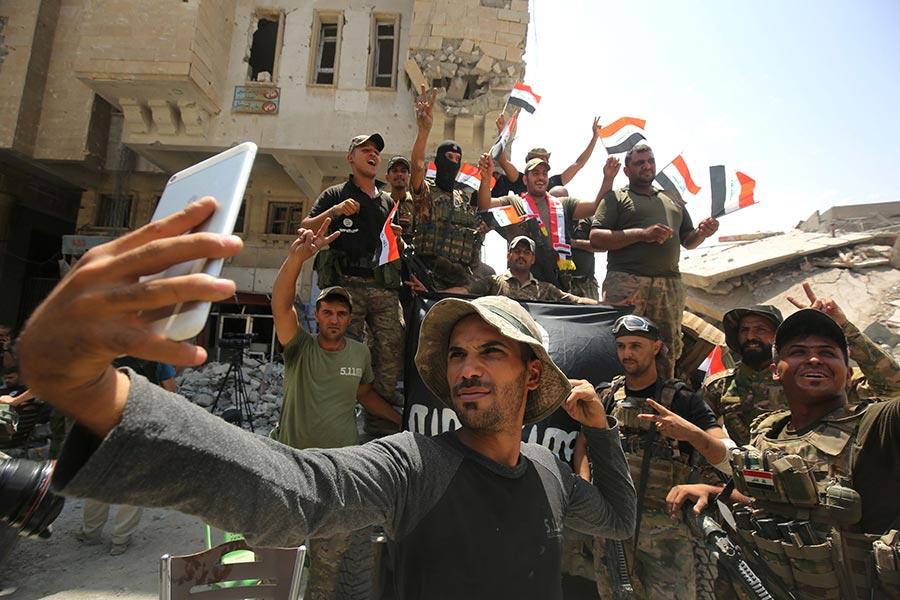伊拉克總理阿巴迪(Haider al-Abadi)周日(7月9日)宣佈,長達8個月的摩蘇爾打擊伊斯蘭國(IS)戰爭取得了最終的勝利。(AHMAD AL-RUBAYE/AFP/Getty Images)