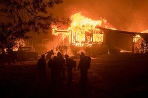 加州山火迅速蔓延 威脅數百房屋