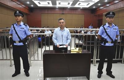 合肥市城市管理局前副局長陳海斌充當色情業的保護傘,先後7次收受色情場所的賄賂。圖為他7月5日受審。(網絡圖片)