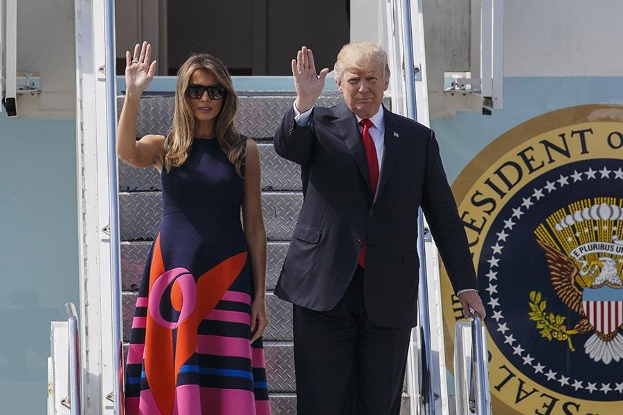 美國總統特朗普7月6日起出訪歐洲並出席G20峰會。評論說,特朗普對美國特質的守護,讓世界看到了「美國第一」。圖為6日特朗普及夫人梅拉尼亞抵達德國漢堡機場。(Morris MacMatzen/Getty Images)
