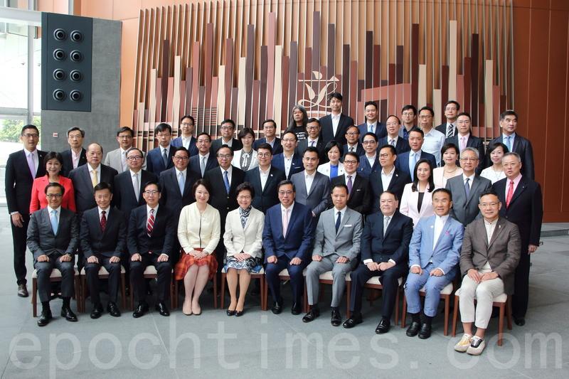 林鄭月娥昨日獲邀到立法會出席午宴,午宴前,她先與50多位立法會議員合照。(蔡雯文/大紀元)