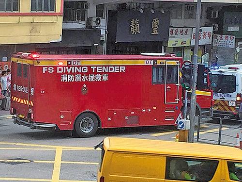 大批消防員奉召到場,當局派出潛水組搜救人手到場救援。(香港突發事故報料區fb/梁兜兜)