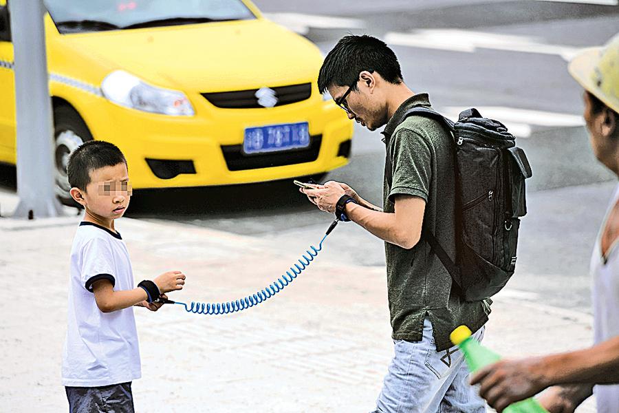 防孩子走失 父親「銬」兒子遊玩