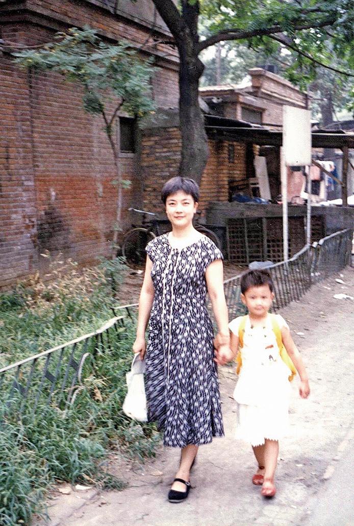 作者與女兒的合照。四歲半的女兒上小學的第一天(曾錚提供)