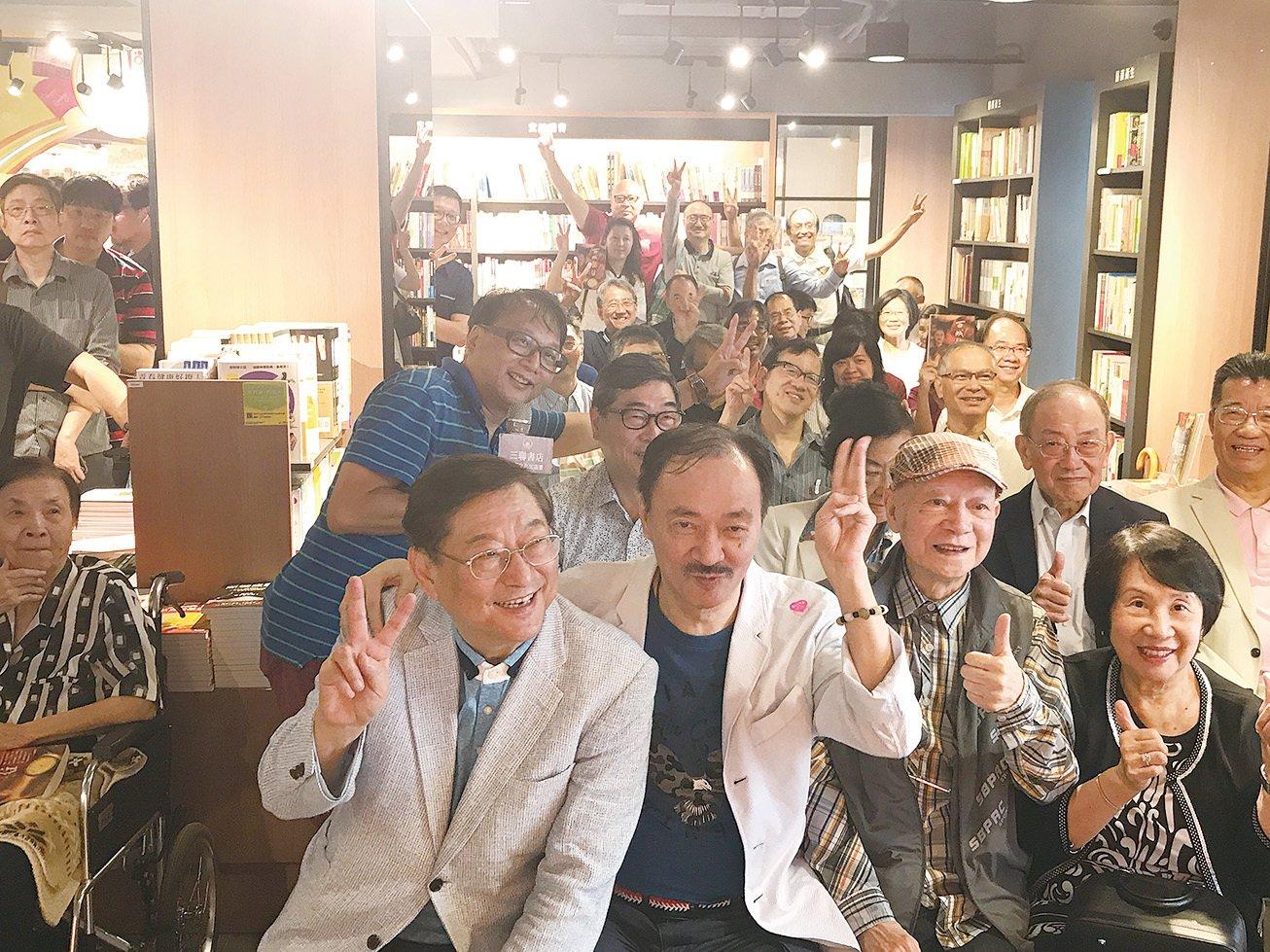作家沈西城(前排左二)和一眾出席新書發佈會的朋友合照留念。(宋碧龍/大紀元)