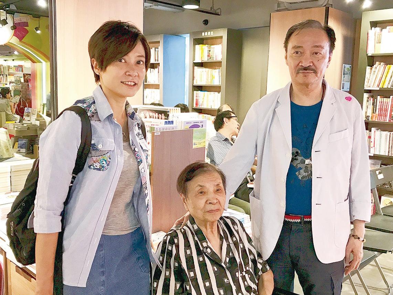 作家沈西城(右)和93歲的母親及女兒。(宋碧龍/大紀元)