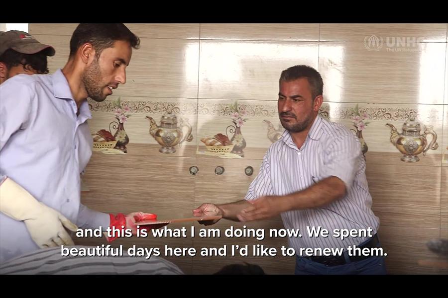 艾哈邁德・哈迪迪(Ahmad EI Hadidi)在努力重修被恐怖組織摧毀的房屋。(聯合國難民署視像擷圖)