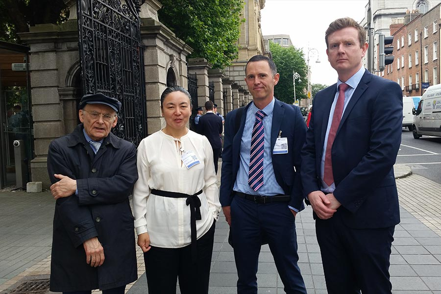 7月6日上午,愛爾蘭議會「外交事務、貿易和國防聯合委員會」舉辦「中共活摘法輪功學員器官」發佈會。人權律師大衛・麥塔斯(David Matas)(左一),愛爾蘭法輪大法學會代表戴女士(左二)、愛爾蘭外科醫生詹姆斯・麥克戴德(右二)和愛爾蘭腎移植專家康納爾・奧舍(Conall O' Seaghdha)(右一)等人參加了此次發佈會。(李凌雲/大紀元)