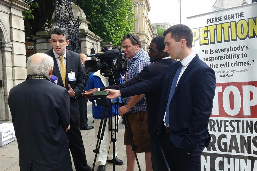 7月6日,愛爾蘭議會舉行「中共活摘法輪功學員器官」發佈會,國際人權律師麥塔斯在議會外接受愛爾蘭多家媒體採訪。(視像擷圖)