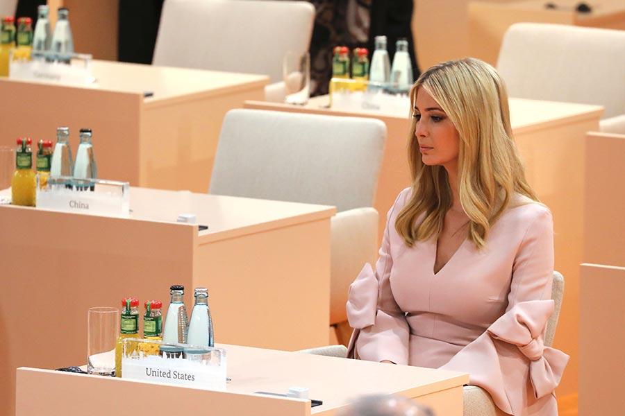 美國第一女兒伊萬卡代替父親特朗普短暫出席了周六(7月8日)的G20世界領袖峰會之後,被一些媒體炒作得沸沸揚揚,周一(7月10日)特朗普在推特上發文為女兒辯護,並說某些媒體採用雙重標準。圖為伊萬卡在G20世界領導人峰會上。(LUDOVIC MARIN/AFP/Getty Images)