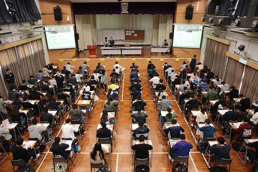 圖為一中學文憑試(DSE)試場。(AFP)