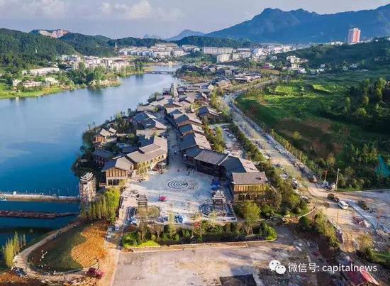 萬達集團投資7億捐建的「丹寨萬達旅遊小鎮」7月3日正式啟用。(網絡圖片)